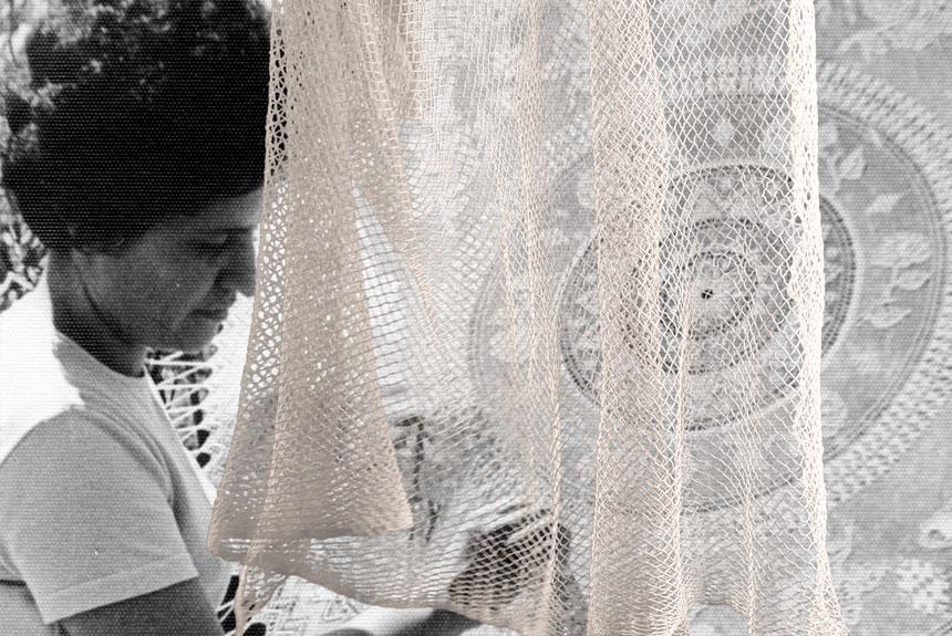 Mujer tocando un textil