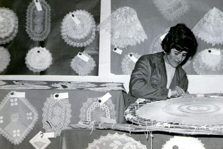 Mujer observando textil