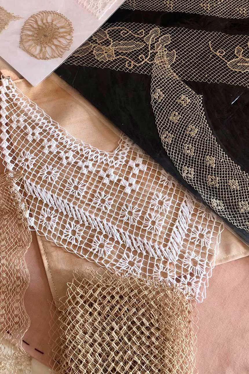 Diferentes textiles sobre mesa con canasta de mimbre