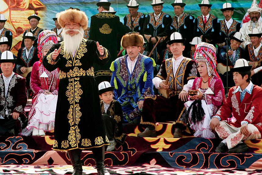 Grupo de personas con trajes etnia Kirguiz