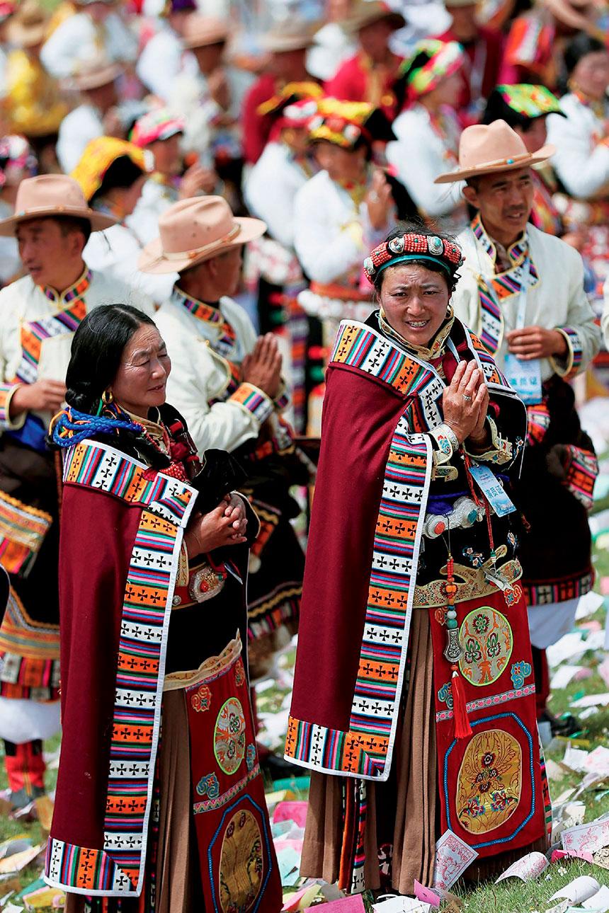 Grupo de personas con trajes pueblo tibetano