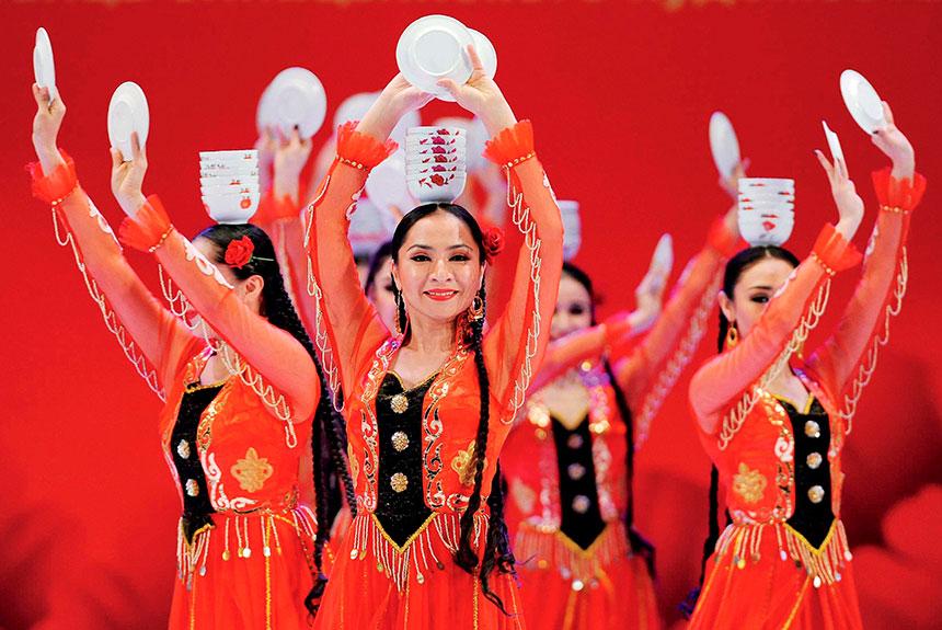 Grupo de personas con trajes del pueblo Uigur
