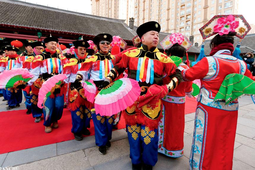 Grupo de personas con trajes etnia manchú