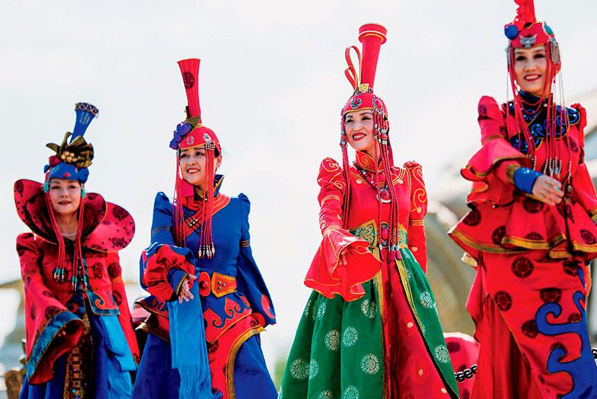 Grupo de personas con trajes etnia mongol