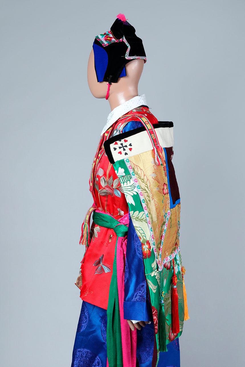 Maniqui con traje tradicional tibetano