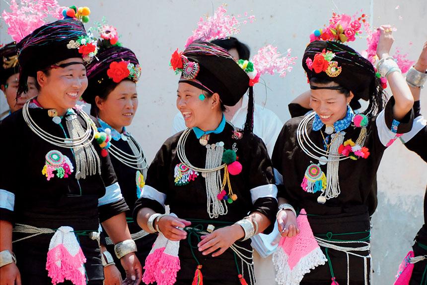 Grupo de personas con trajes etnia Achang