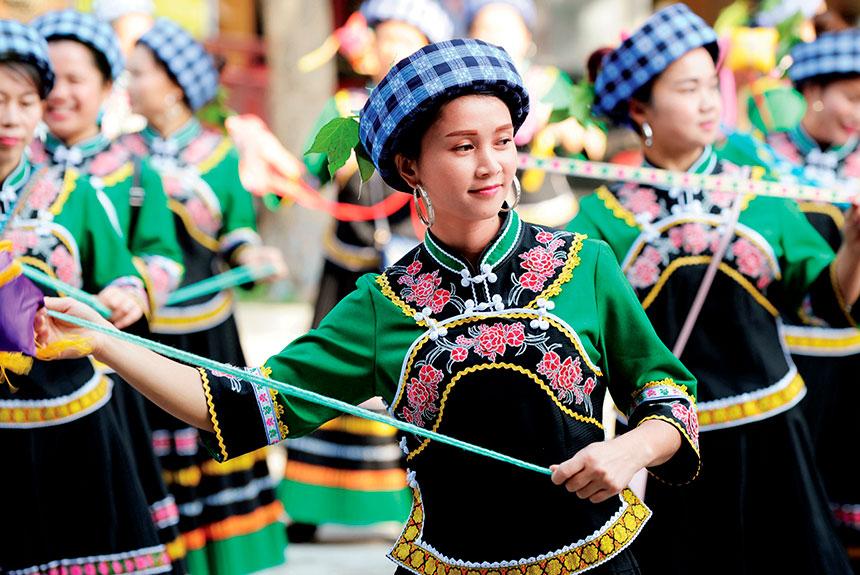 Grupo de personas con trajes etnia Buyi