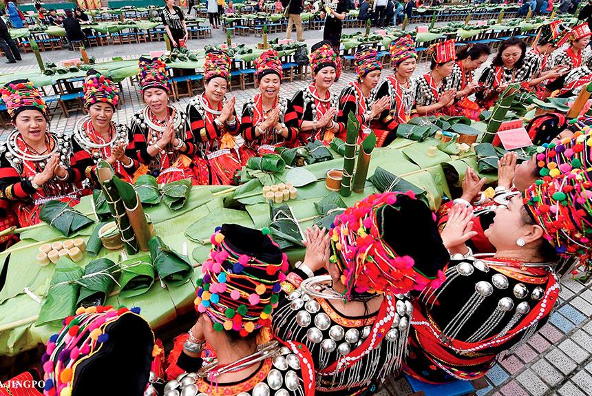 Grupo de personas con trajes etnia Jingpo