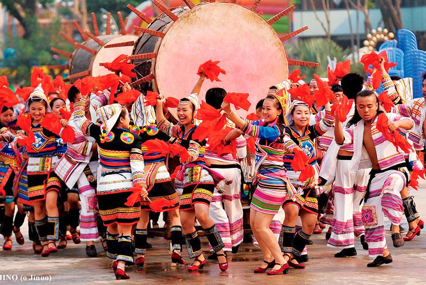Grupo de personas con trajes etnia Jino