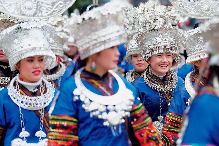 Grupo de personas con trajes etnia miao