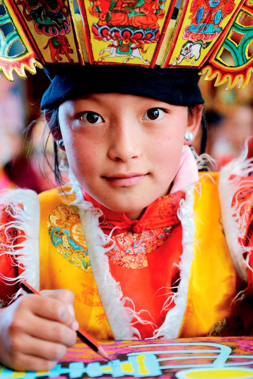 Grupo de personas con trajes etnia Naxi