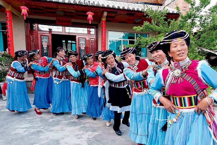 Grupo de personas con trajes etnia Pumi