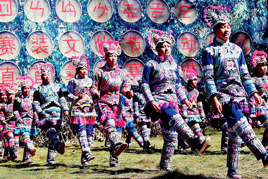 Grupo de personas con trajes etnia yi
