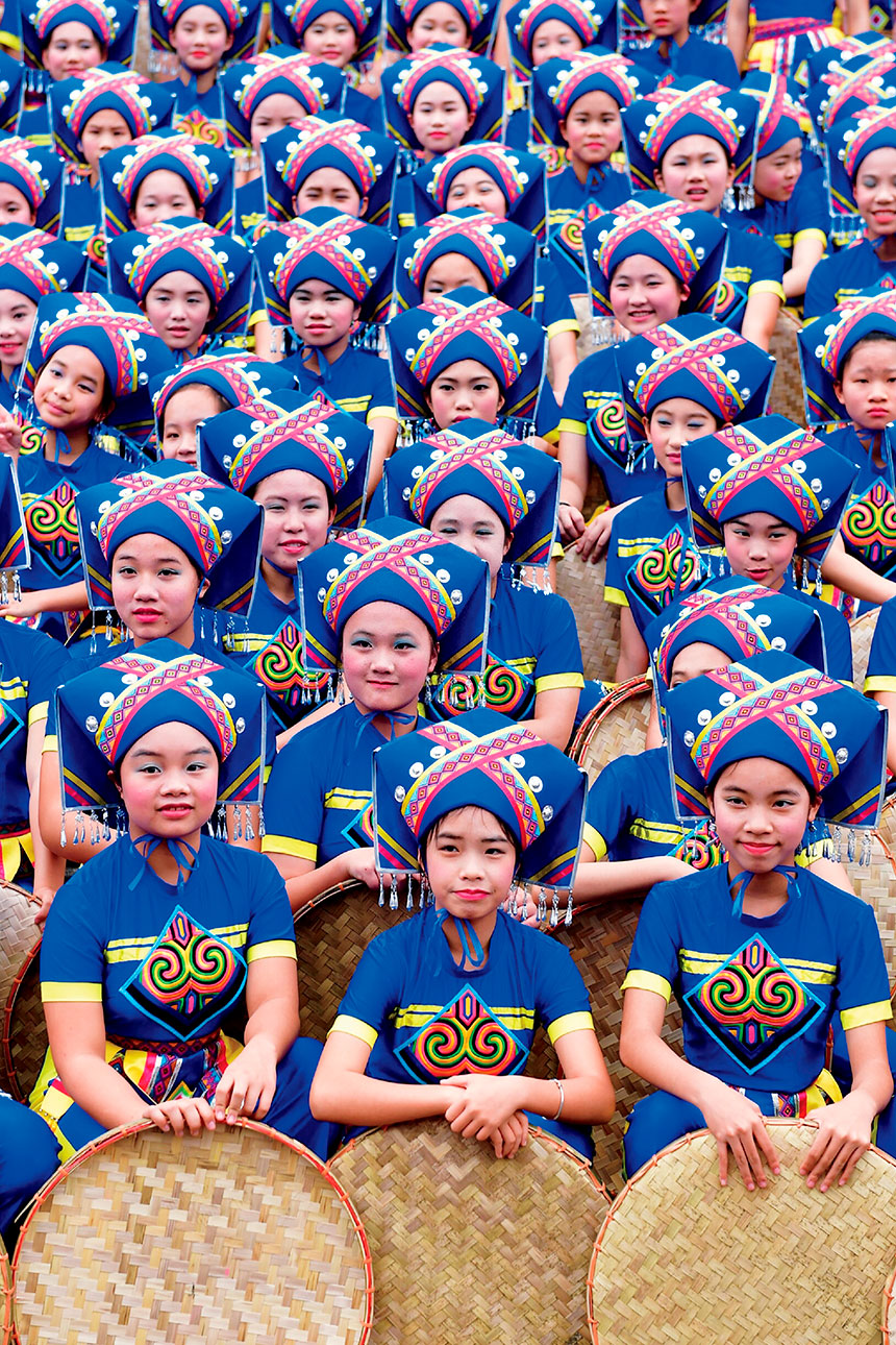 Grupo de personas con trajes etnia zhuang